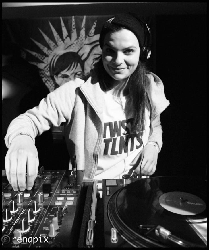 Davina DJ 1 Greyscale